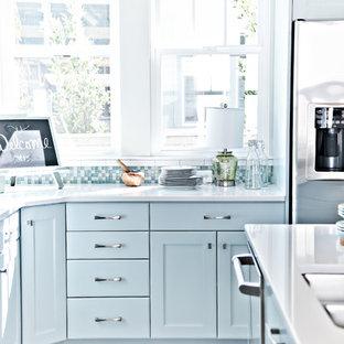 Esempio di una cucina costiera di medie dimensioni con lavello a doppia vasca, ante in stile shaker, ante blu, top in quarzite, paraspruzzi bianco, paraspruzzi con piastrelle diamantate, elettrodomestici in acciaio inossidabile, parquet chiaro, isola e pavimento beige