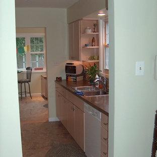 フィラデルフィアの小さいトラディショナルスタイルのおしゃれなキッチン (シングルシンク、フラットパネル扉のキャビネット、淡色木目調キャビネット、ラミネートカウンター、ベージュキッチンパネル、セラミックタイルのキッチンパネル、白い調理設備、リノリウムの床、アイランドなし) の写真