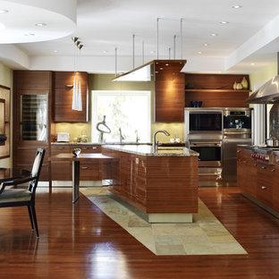 トロントのアジアンスタイルのおしゃれなキッチン (フラットパネル扉のキャビネット、中間色木目調キャビネット、緑のキッチンパネル、シルバーの調理設備、シングルシンク、御影石カウンター、ガラスタイルのキッチンパネル、スレートの床) の写真