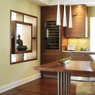 トロントのアジアンスタイルのおしゃれなアイランドキッチン (シングルシンク、フラットパネル扉のキャビネット、中間色木目調キャビネット、御影石カウンター、緑のキッチンパネル、ガラスタイルのキッチンパネル、シルバーの調理設備の、スレートの床) の写真