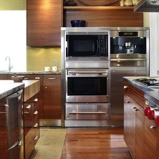 トロントのアジアンスタイルのおしゃれなアイランドキッチン (フラットパネル扉のキャビネット、中間色木目調キャビネット、緑のキッチンパネル、ガラスタイルのキッチンパネル、シルバーの調理設備の、スレートの床) の写真