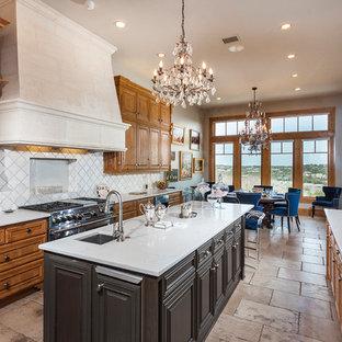 オースティンのヴィクトリアン調のおしゃれなキッチン (アンダーカウンターシンク、レイズドパネル扉のキャビネット、中間色木目調キャビネット、白いキッチンパネル、シルバーの調理設備の) の写真