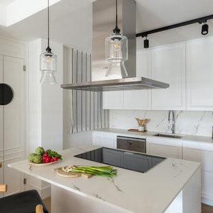 Ejemplo de cocina escandinava con fregadero bajoencimera, armarios con paneles empotrados, puertas de armario blancas, encimera de mármol, salpicadero blanco, salpicadero de mármol, electrodomésticos de acero inoxidable, una isla y encimeras blancas