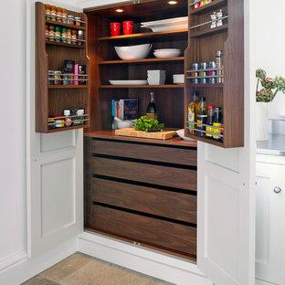 Imagen de cocina actual con despensa, armarios estilo shaker y puertas de armario blancas
