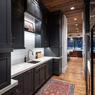 ソルトレイクシティのカントリー風おしゃれなキッチン (塗装板のキッチンパネル) の写真