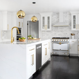 Klassische Küche mit Unterbauwaschbecken, Schrankfronten im Shaker-Stil, weißen Schränken, Küchenrückwand in Weiß, Rückwand aus Marmor, weißen Elektrogeräten, dunklem Holzboden, Kücheninsel, schwarzem Boden und weißer Arbeitsplatte in New York