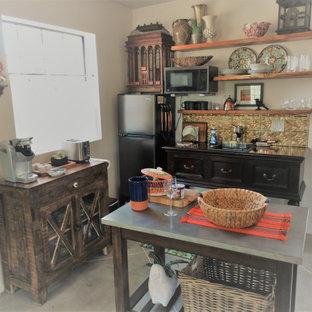 フェニックスの小さいサンタフェスタイルのおしゃれなキッチン (ドロップインシンク、オープンシェルフ、濃色木目調キャビネット、木材カウンター、メタリックのキッチンパネル、メタルタイルのキッチンパネル、黒い調理設備、淡色無垢フローリング、グレーの床、茶色いキッチンカウンター) の写真