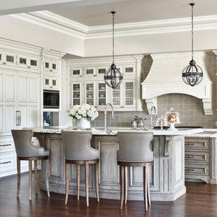 フェニックスの地中海スタイルのおしゃれなキッチン (インセット扉のキャビネット、白いキャビネット、グレーのキッチンパネル、パネルと同色の調理設備、濃色無垢フローリング、茶色い床、白いキッチンカウンター、折り上げ天井) の写真