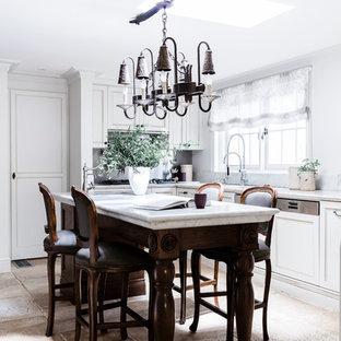 シドニーの大きいエクレクティックスタイルのおしゃれなキッチン (アンダーカウンターシンク、シェーカースタイル扉のキャビネット、ヴィンテージ仕上げキャビネット、大理石カウンター、グレーのキッチンパネル、大理石の床、シルバーの調理設備の、大理石の床、ベージュの床、グレーのキッチンカウンター) の写真