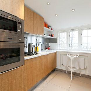 Esempio di una piccola cucina parallela minimal con lavello integrato, ante lisce, ante in legno chiaro, paraspruzzi a effetto metallico, elettrodomestici in acciaio inossidabile e nessuna isola