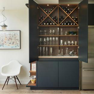 Idéer för stora funkis vitt kök, med en integrerad diskho, blå skåp, marmorbänkskiva, stänkskydd med metallisk yta, spegel som stänkskydd, ljust trägolv, en köksö och brunt golv