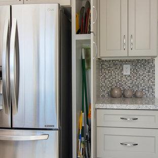 Mittelgroße Klassische Wohnküche ohne Insel in U-Form mit Landhausspüle, Schrankfronten im Shaker-Stil, grauen Schränken, Quarzwerkstein-Arbeitsplatte, bunter Rückwand, Rückwand aus Mosaikfliesen, Küchengeräten aus Edelstahl, Porzellan-Bodenfliesen, grauem Boden und bunter Arbeitsplatte in San Diego