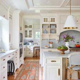 ボストンの大きいトラディショナルスタイルのおしゃれなキッチン (アンダーカウンターシンク、インセット扉のキャビネット、白いキャビネット、大理石カウンター、白いキッチンパネル、大理石の床、パネルと同色の調理設備、無垢フローリング、茶色い床、グレーのキッチンカウンター) の写真