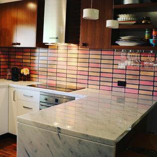 キャンベラの小さいエクレクティックスタイルのおしゃれなキッチン (ダブルシンク、フラットパネル扉のキャビネット、中間色木目調キャビネット、大理石カウンター、ピンクのキッチンパネル、セラミックタイルのキッチンパネル、シルバーの調理設備の、無垢フローリング、茶色い床、白いキッチンカウンター) の写真
