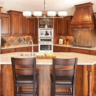 ミネアポリスのトラディショナルスタイルのおしゃれなキッチン (レイズドパネル扉のキャビネット、シルバーの調理設備、マルチカラーのキッチンパネル、中間色木目調キャビネット、スレートのキッチンパネル) の写真