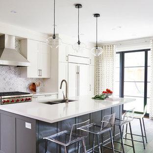 Idéer för mellanstora vintage linjära kök med öppen planlösning, med en undermonterad diskho, skåp i shakerstil, vita skåp, bänkskiva i kvarts, vitt stänkskydd, stänkskydd i stenkakel, rostfria vitvaror, mellanmörkt trägolv och en köksö