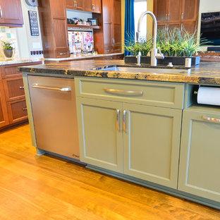 サンディエゴの大きいトランジショナルスタイルのおしゃれなキッチン (シングルシンク、シェーカースタイル扉のキャビネット、中間色木目調キャビネット、御影石カウンター、緑のキッチンパネル、ガラスタイルのキッチンパネル、シルバーの調理設備の、淡色無垢フローリング) の写真