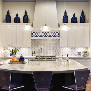 フェニックスの大きい地中海スタイルのおしゃれなアイランドキッチン (アンダーカウンターシンク、白いキャビネット、クオーツストーンカウンター、マルチカラーのキッチンパネル、セラミックタイルのキッチンパネル、シルバーの調理設備の、テラコッタタイルの床、オレンジの床、白いキッチンカウンター、シェーカースタイル扉のキャビネット) の写真