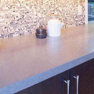 Ispirazione per una cucina contemporanea con top in quarzo composito, paraspruzzi con piastrelle a mosaico e elettrodomestici in acciaio inossidabile