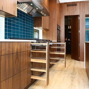 バンクーバーの巨大なアジアンスタイルのおしゃれなキッチン (ドロップインシンク、フラットパネル扉のキャビネット、淡色木目調キャビネット、クオーツストーンカウンター、青いキッチンパネル、ガラスタイルのキッチンパネル、シルバーの調理設備、竹フローリング、グレーの床) の写真