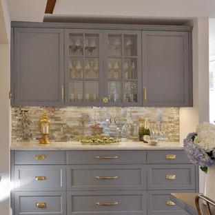 Foto på ett mycket stort vintage kök, med en rustik diskho, bänkskiva i kvartsit, mörkt trägolv, flera köksöar, luckor med glaspanel, grå skåp, stänkskydd med metallisk yta och spegel som stänkskydd