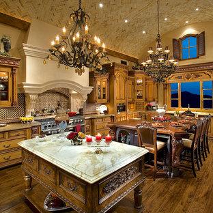 Inspiration för avskilda, mycket stora moderna flerfärgat u-kök, med en nedsänkt diskho, luckor med infälld panel, skåp i mellenmörkt trä, bänkskiva i kvartsit, flerfärgad stänkskydd, stänkskydd i marmor, rostfria vitvaror, mörkt trägolv, flera köksöar och blått golv