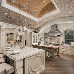 Idéer för att renovera ett avskilt, mycket stort funkis flerfärgad flerfärgat u-kök, med en nedsänkt diskho, luckor med infälld panel, skåp i ljust trä, bänkskiva i kvartsit, flerfärgad stänkskydd, stänkskydd i marmor, rostfria vitvaror, mörkt trägolv, flera köksöar och blått golv