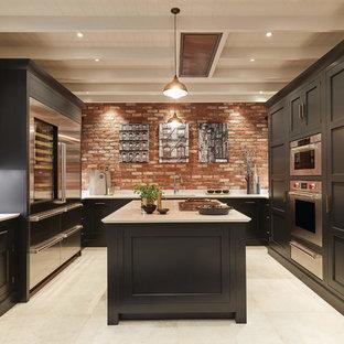 ケンブリッジシャーの広いトランジショナルスタイルのおしゃれなキッチン (ダブルシンク、黒いキャビネット、珪岩カウンター、レンガのキッチンパネル、シルバーの調理設備、セラミックタイルの床、白いキッチンカウンター、赤いキッチンパネル、白い床) の写真