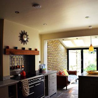 ロンドンの中サイズのインダストリアルスタイルのおしゃれなキッチン (ダブルシンク、シェーカースタイル扉のキャビネット、白いキャビネット、大理石カウンター、グレーのキッチンパネル、大理石の床、パネルと同色の調理設備、スレートの床、グレーの床、グレーのキッチンカウンター) の写真