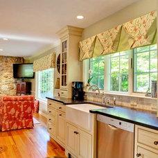 Farmhouse Kitchen by S&D Renovations Inc.