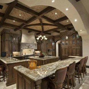 Неиссякаемый источник вдохновения для домашнего уюта: огромная кухня в современном стиле с ковровым покрытием