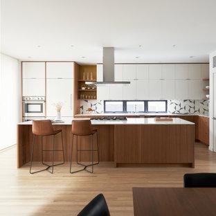 シアトルの北欧スタイルのおしゃれなキッチン (アンダーカウンターシンク、中間色木目調キャビネット、クオーツストーンカウンター、グレーのキッチンパネル、セメントタイルのキッチンパネル、シルバーの調理設備、淡色無垢フローリング、白い床、白いキッチンカウンター) の写真