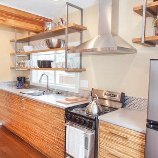 Idee per una piccola cucina design con lavello sottopiano, ante lisce, ante in legno scuro, top in quarzite, paraspruzzi a effetto metallico, paraspruzzi con piastrelle di metallo, elettrodomestici in acciaio inossidabile, pavimento in bambù e isola