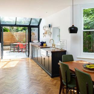 Esempio di una piccola cucina abitabile vittoriana con ante in stile shaker e nessuna isola