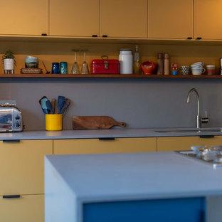 Offene, Mittelgroße Moderne Küche in L-Form mit gelben Schränken, Kücheninsel und blauer Arbeitsplatte in London