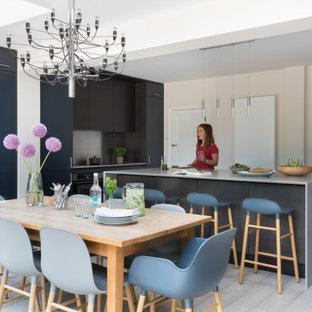 Idéer för ett stort modernt grå kök och matrum, med en nedsänkt diskho, släta luckor, skåp i mörkt trä, bänkskiva i koppar, stänkskydd med metallisk yta, rostfria vitvaror, mellanmörkt trägolv, en köksö och grått golv