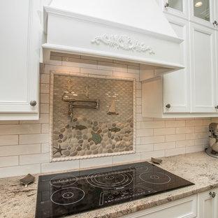 Idéer för maritima kök, med luckor med infälld panel, vita skåp, vitt stänkskydd och stänkskydd i mosaik