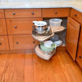 Große Rustikale Wohnküche in L-Form mit Schrankfronten im Shaker-Stil, hellbraunen Holzschränken, Granit-Arbeitsplatte, bunter Rückwand, Rückwand aus Keramikfliesen, Küchengeräten aus Edelstahl, braunem Holzboden und Kücheninsel in New York