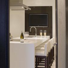 Modern Kitchen by Fabulous Interior Designs, LLC.