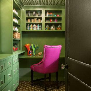Imagen de cocina clásica renovada, pequeña, con suelo marrón, despensa, puertas de armario verdes, salpicadero gris y encimeras verdes