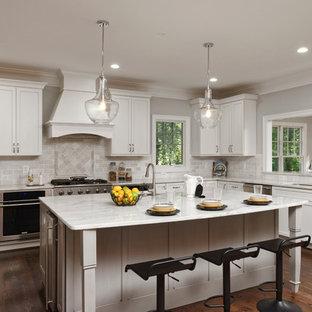 Стильный дизайн: большая п-образная кухня-гостиная в стиле современная классика с одинарной раковиной, плоскими фасадами, белыми фасадами, серым фартуком, фартуком из каменной плитки, техникой из нержавеющей стали, темным паркетным полом, островом и мраморной столешницей - последний тренд
