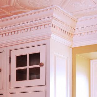 На фото: большие отдельные, угловые кухни в классическом стиле с раковиной в стиле кантри, фасадами с декоративным кантом, белыми фасадами, мраморной столешницей, белым фартуком, техникой под мебельный фасад, темным паркетным полом, островом и фартуком из каменной плиты