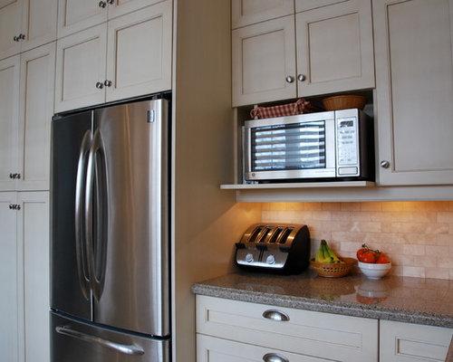 Cuisine avec des portes de placard beiges et un plan de for Taille moyenne cuisine