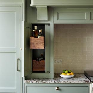Idéer för ett stort klassiskt kök och matrum, med en köksö, gröna skåp, granitbänkskiva, beige stänkskydd, stänkskydd i tunnelbanekakel och integrerade vitvaror