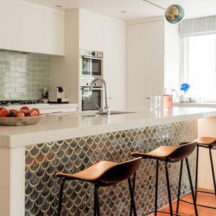 Idee per una piccola cucina contemporanea con ante lisce, ante bianche, top in marmo, paraspruzzi verde, paraspruzzi con piastrelle a mosaico, elettrodomestici in acciaio inossidabile, pavimento in legno massello medio, pavimento marrone, lavello sottopiano e top bianco
