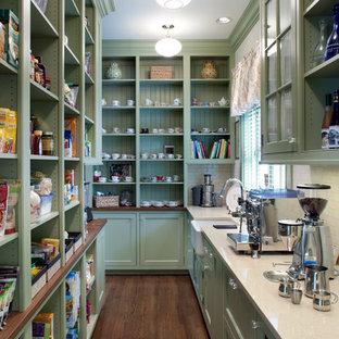 Klassische Küche mit Landhausspüle, Vorratsschrank, offenen Schränken, grünen Schränken, Küchenrückwand in Weiß und Rückwand aus Metrofliesen in Sonstige