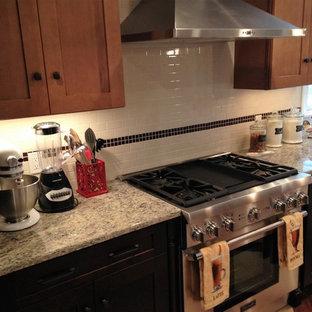 プロビデンスの大きいラスティックスタイルのおしゃれなキッチン (エプロンフロントシンク、シェーカースタイル扉のキャビネット、淡色木目調キャビネット、御影石カウンター、白いキッチンパネル、セラミックタイルのキッチンパネル、シルバーの調理設備の、リノリウムの床、ベージュの床) の写真