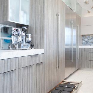 Idéer för att renovera ett stort funkis kök, med en undermonterad diskho, släta luckor, grå skåp, kaklad bänkskiva, blått stänkskydd, stänkskydd i glaskakel, rostfria vitvaror, klinkergolv i porslin och en köksö
