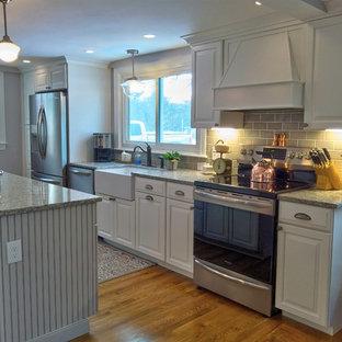 ボストンの中サイズのカントリー風おしゃれなキッチン (エプロンフロントシンク、レイズドパネル扉のキャビネット、白いキャビネット、ベージュキッチンパネル、サブウェイタイルのキッチンパネル、シルバーの調理設備の、淡色無垢フローリング、緑のキッチンカウンター) の写真
