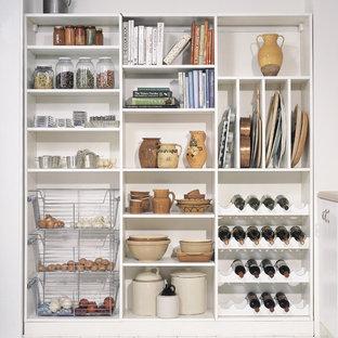 Diseño de cocina lineal, romántica, de tamaño medio, sin isla, con despensa, armarios abiertos, puertas de armario blancas y suelo de madera pintada